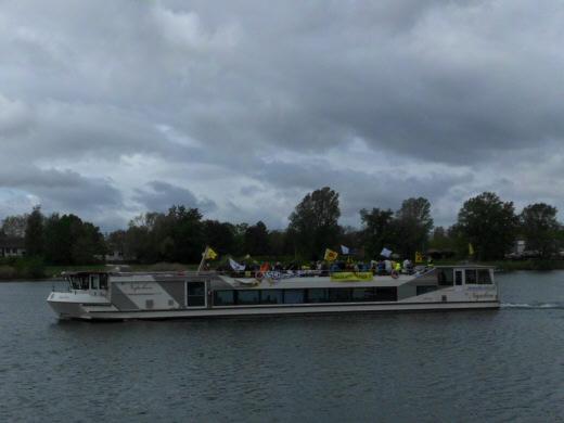 Schiff auf Rhein